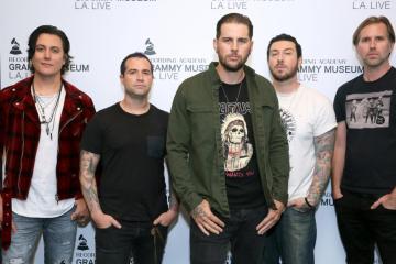 "Avenged Sevenfold comparte versión acústica del tema ""Exist"". Cusica Plus."