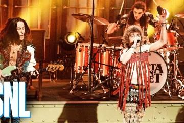 "Greta Van Fleet llegaron a SNL para cantar su tema ""Black Smoke Rising"". Cusica Plus."