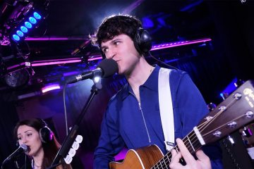 "Vampire Weekend versionó ""Sunflower"" de Post Malone en la BBC Radio 1. Cusica Plus."