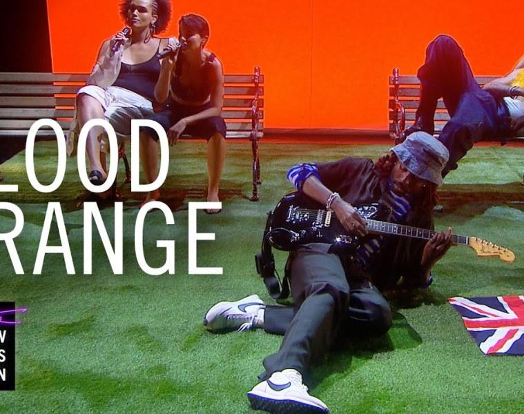 Blood Orange estrenó dos nuevos temas en el Late Show de James Corden. Cusica Plus.