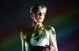 """Robyn se va de fiesta en Ibiza en el video de """"Between The Lines"""". Cusica Plus."""