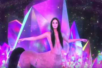 "kacey Musgraves comparte el videoclip de ""Oh, What a World"" donde es un centauro. Cusica Plus."
