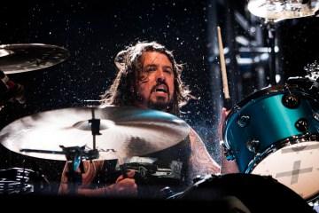 Dave Grohl felicita a una baterista de ocho años en el programa de Ellen De Generes. Cusica Plus.