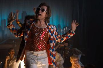 Escucha a Taron Egerton cantar los éxitos de Elton John en el soundtrack de 'Rocketman'. Cusica Plus.