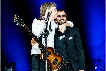 "Paul McCartney y Ringo Starr se unieron para cantar ""Sgt. Pepper's Lonely Hearts Club Band (Reprise)"". Cusica Plus."