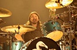 Dave Grohl tocó la batería junto a The Bird and the Bee, para realizar cover de Van Halen. Cusica Plus.