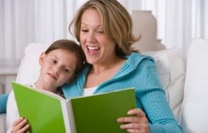 дете четене на книга