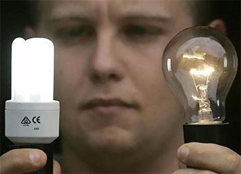 обычная и энергосберегающая лампа