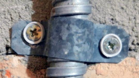 Способы крепежа для кабеля - скоба сделанная своими руками из листового оцинкованного железа