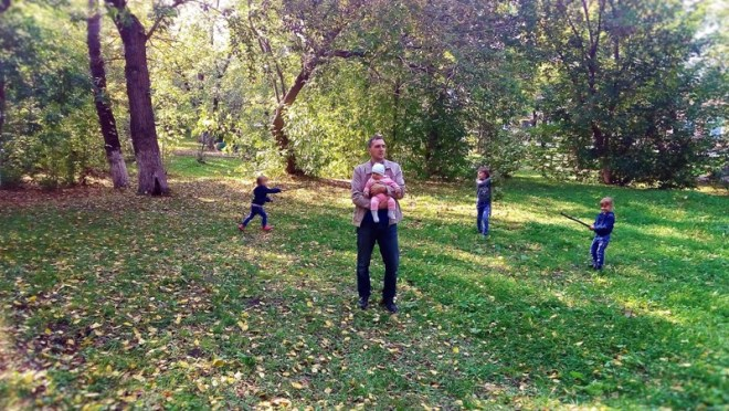 Дети бегают с палками, мушкетёры, блин))