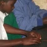 Crianças lendo Braille na Escola Makalala, Tanzania. Foto: Tanzania League of the Blind