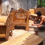 Tenaga Kerja Rio Abadi Mebeler sedang Finishing Produk