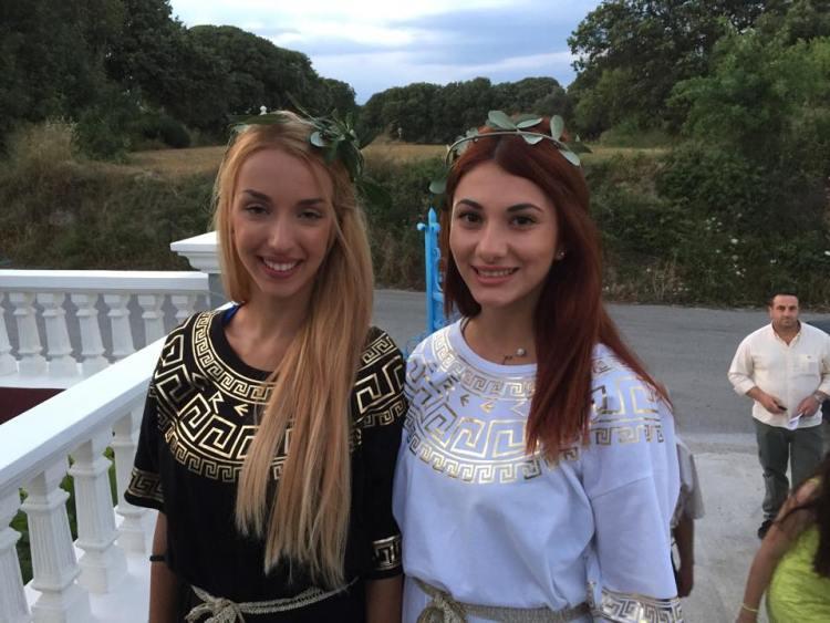 Κοπέλες με αρχαιοελληνικές ενδυμασίες στο εγκαίνια του Μελάθρου