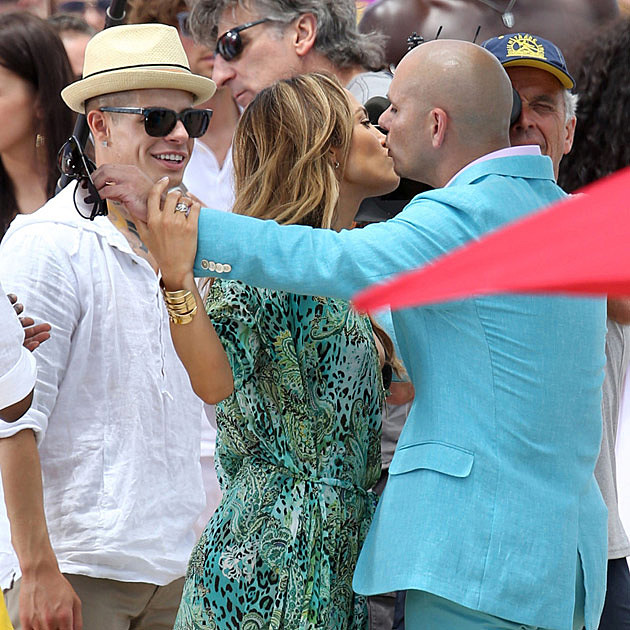 Jennifer Lopez Pitbull Kissing