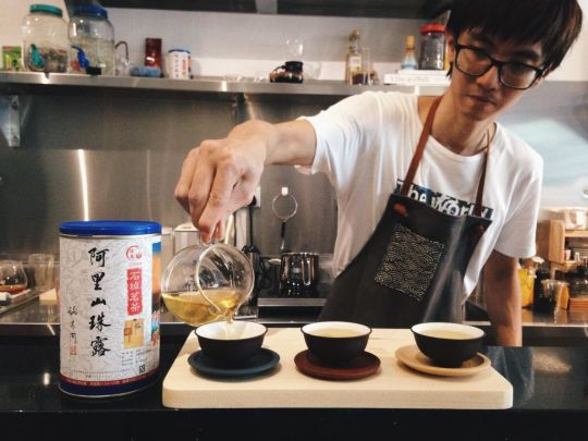 Yen pouring the freshly brewed Alisan Oolong Tea into delicate cups