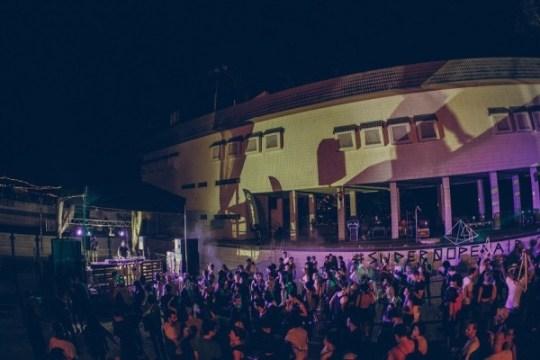ben-pearce-pool-crowd-600x400