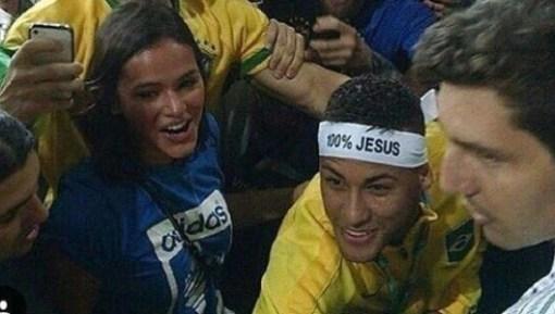 20ago2016-neymar-comemora-o-ouro-nos-jogos-olimpicos-com-bruna-marquezine-na-arquibancada-do-maracana-1471741838670_615x300