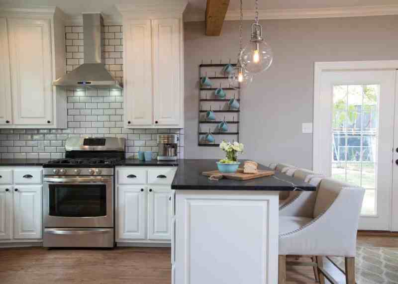 Get this farmhouse kitchen look today with this great post featuring 50+ copycat items to get the Fixer Upper kitchen of your dreams!