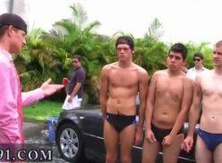 Gays ficando pelado na lavagem de carros, vídeo amador.