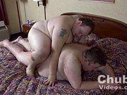 Coroa gordo metendo com o seu amigo.