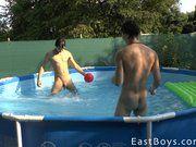 Boys pelados na piscina fazendo vídeo amador.