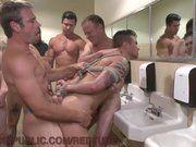 Suruba gay em um banheiro.
