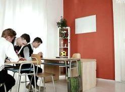 Na sala de aula fazendo suruba com os colegas.