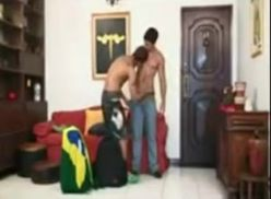 Pegou o primo na sala – porno gay brasileiro.