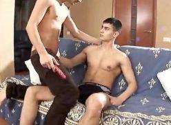 Sarado gemendo na rola do amigo gay.