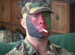 Fez boquete e bateu punheta pro soldado.