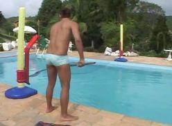 Moreno limpador de piscina levando na bundinha.