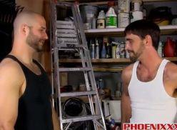 Pegou o cunhado gay na garagem.