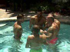 Coroas gays fazendo suruba depois da piscina.