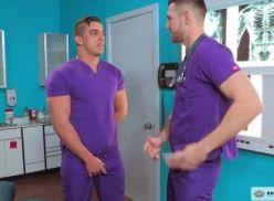 Enfermeiros sarados fazendo sexo junto.