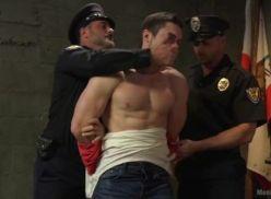 Policial masturbando o sarado.