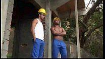 Pedreiros brasileiros se pegando obra