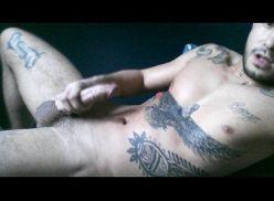 Gostoso tatuado pelado e batendo punheta