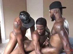 Suruba gay com três homens negros
