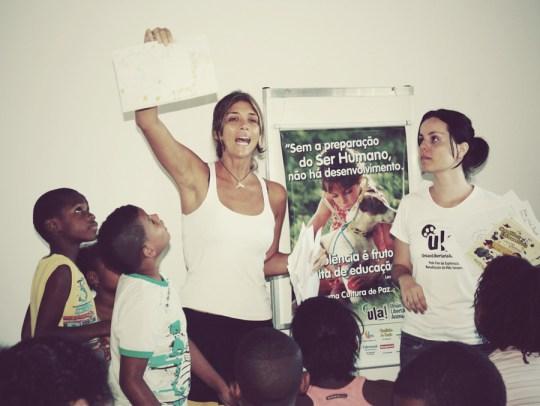 Fernanda levando a causa animal para as crianças, em uma de suas exibições de filme sobre defesa animal