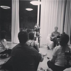 Satyaprem medita com grupo no Espaço Nirvanam