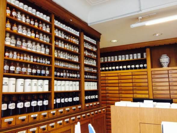 Sim, isso é a prateleira de uma farmácia comum em Biel/Bienne.