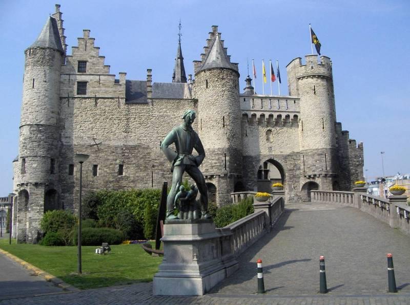 Памятник Длинному Вапперу на фоне замка Стен.