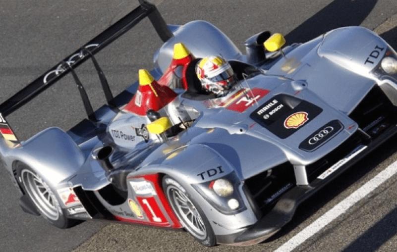 Audi R15 TDI участвует в автомобильной гонке «24 Heures du Mans».