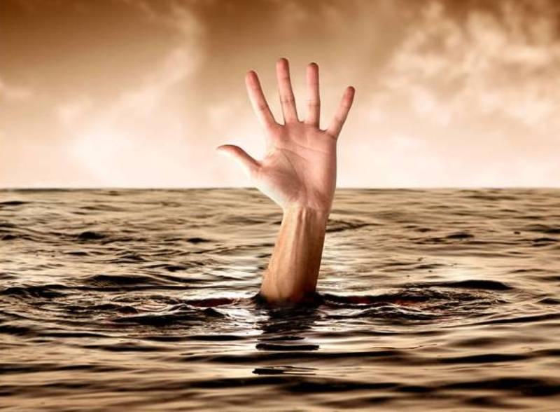 рука вода тонет