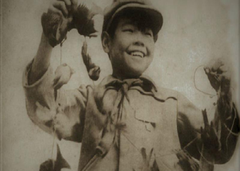 Воробьи в Китае, уничтожение воробьев на фото, китайские школьники