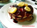 Pancakes cu banane caramelizate si sirop de mure