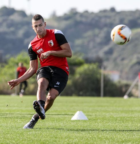 Nikola Djurdjic (FC Augsburg #34), Torschuss, Torschuss-Training, Schusstraining, FC Augsburg, Trainingslager, Estepona, Saison 2015-2016, 14.01.2016