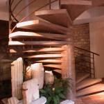 Les vestiges et l'escalier rénové