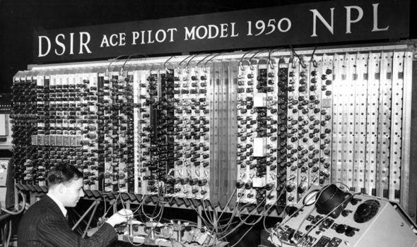 El verdadero Alan Turing, junto a uno de los primeros computadores.