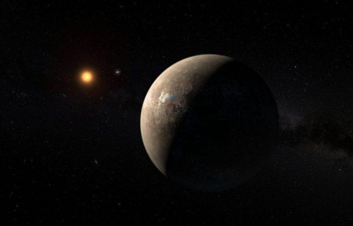 Representación artística de Próxima Centauri y su recién descubierto planeta, Próxima b. Entre ambos, a la distancia, se ven Alfa Centauri A y B, sistema binario que acompaña a Próxima Centauri. Imagen: M. Kornmesser vía ESO.